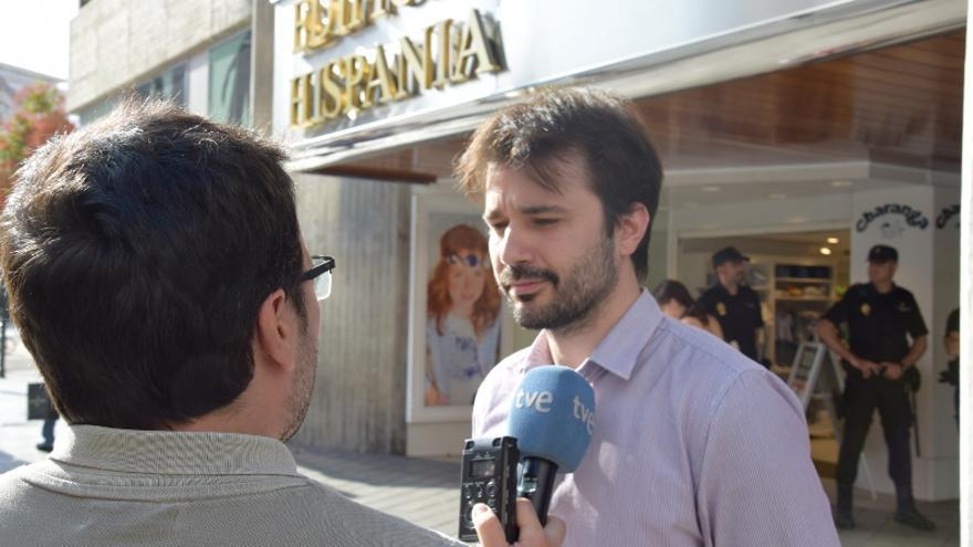 Diputado de Unidos Podemos, antes de ser retenido por la Policía en el Orgullo LGTBI / CARLOS EGIO