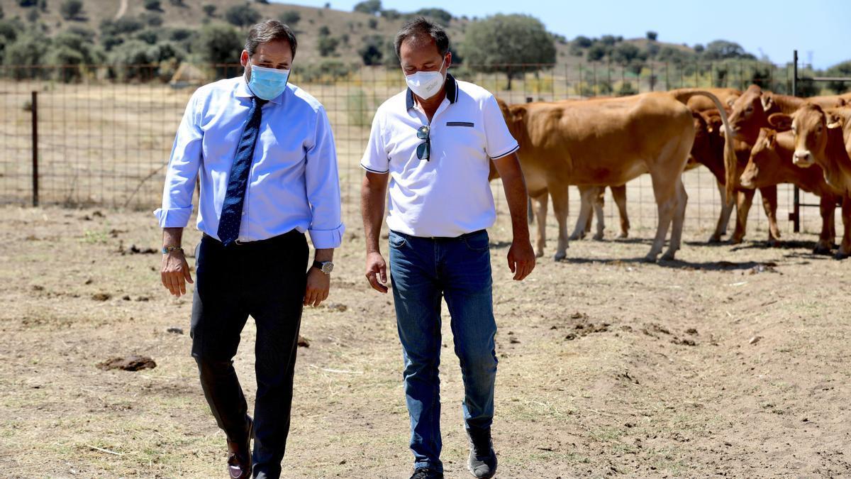 Núñez, (izquierda) durante una visita a Pepino (Toledo)