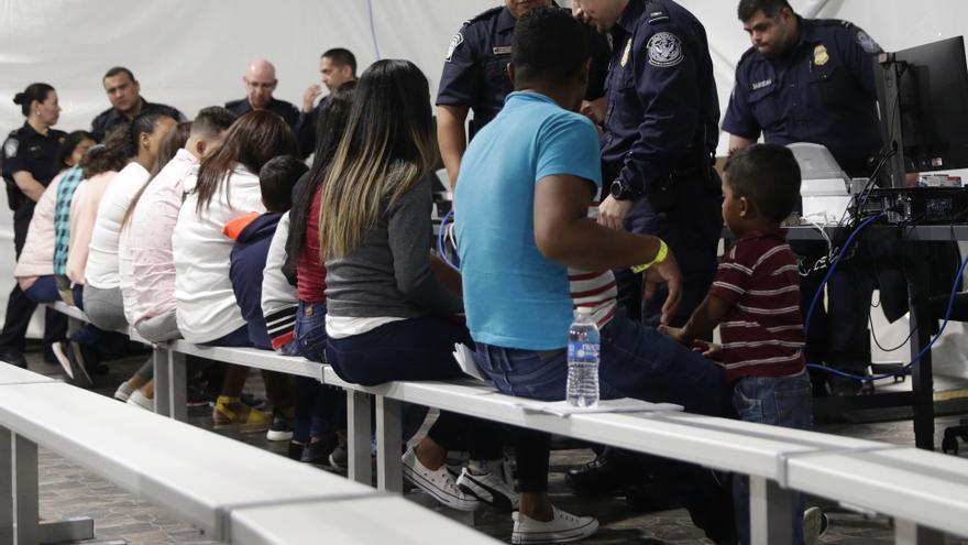 Foto de archivo del 17 de septiembre de 2019. Los migrantes que solicitan asilo en los Estados Unidos pasan por un área de procesamiento en una nueva sala de audiencias en el Centro de Audiencias de Inmigración de Protocolos de Protección de Migraciones, en Laredo, Texas.