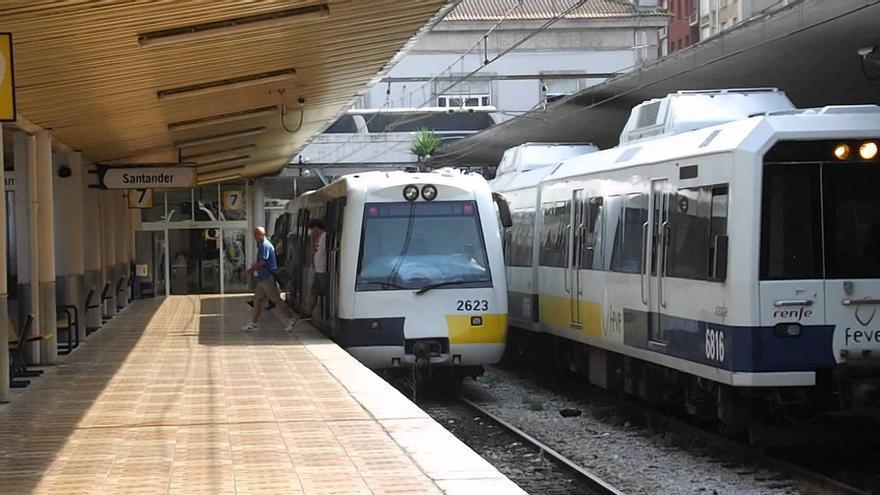 Dos trenes en la estación de Feve de Santander.