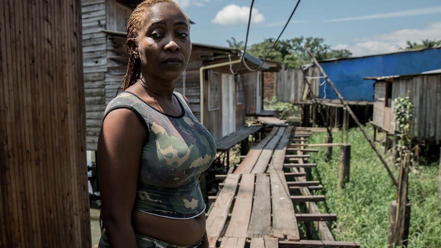 Gisela Díaz es víctima de desplazamiento forzado y violencia sexual, vive en uno de los barrios pobres de Buenaventura. Antes de llegar a Buenaventura Gissela y su hijo vivían en el departamento de Choco, una de las partes menos desarrolladas de Colombia. Ella escapó después de que ella y su hijo fueran brutalmente violados en su casa por hombres armados. Poco después de ese incidente descubrió que había contraído el virus del VIH de su agresor.
