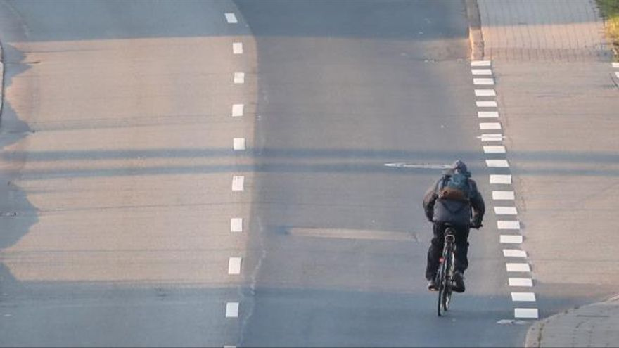 Un hombre circula en bicicleta por una carretera solitaria en Alemania