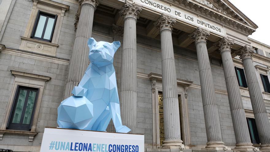 En el marco de su nueva campaña, la ONG Plan International ha 'sustituido' uno de los leones del Congreso por una leona.