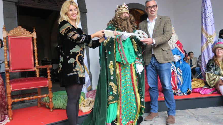 La concejal de Fiestas, Virginia Espinosa, y el alcalde de Santa Cruz de La Palma, Sergio Matos, entregan la llave de la ciudad a uno de los Reyes Magos.