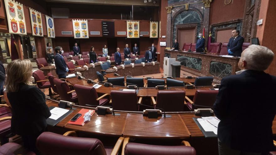 Minuto de silencia ante las víctimas de la COVID-19 en la Asamblea Regional antes del Pleno del martes 21 de abril
