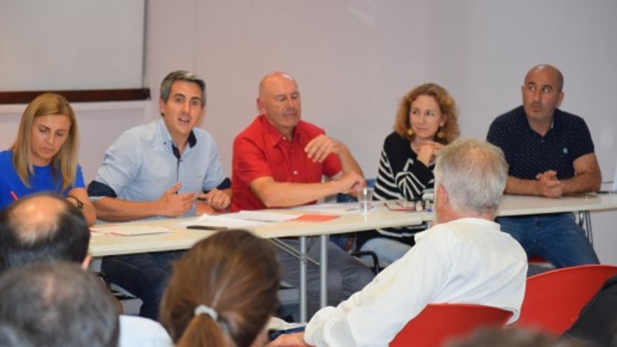 Zuloaga durante un encuentro con dirigentes locales del PSOE en la sede del partido.