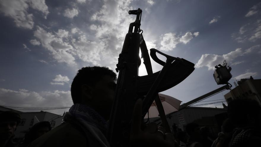 Al menos 33 soldados muertos en un ataque hutí a una base militar yemení
