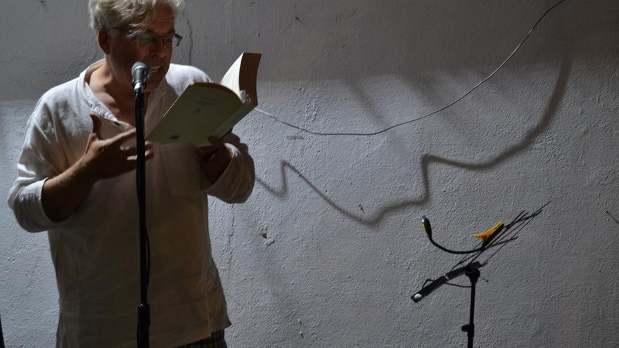 Antonio Orihuela, durante el encuentro 'Poesía y movimientos sociales', celebrado en Málaga | N.C.