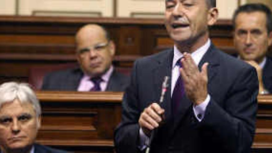 El presidente del Gobierno de Canarias, Paulino Rivero, durante una de sus intervenciones en el pleno de la Cámara legislativa regional celebrado hoy. EFE/Cristóbal García