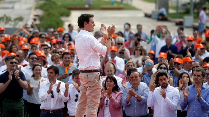 "Rivera pide a sus rivales el 26J que no pongan los ""sillones"" de línea roja"