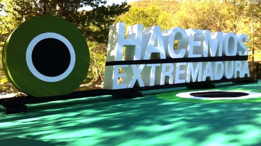 Mitin de Monago en Las Hurdes, con el logo presidiendo el acto / Twitter @HacemosExt