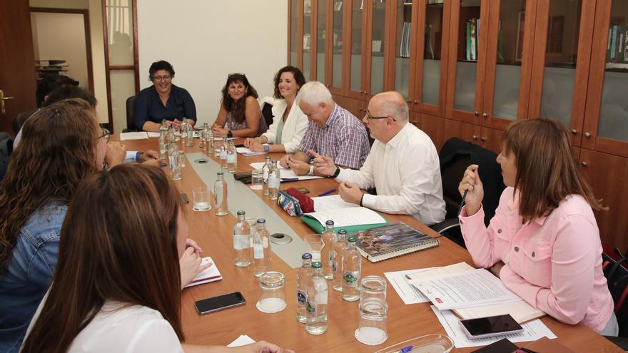 Reunión de los consejeros del PSOE, Nueva Canarias y Podemos para sellar un pacto en el Cabildo de Gran Canaria