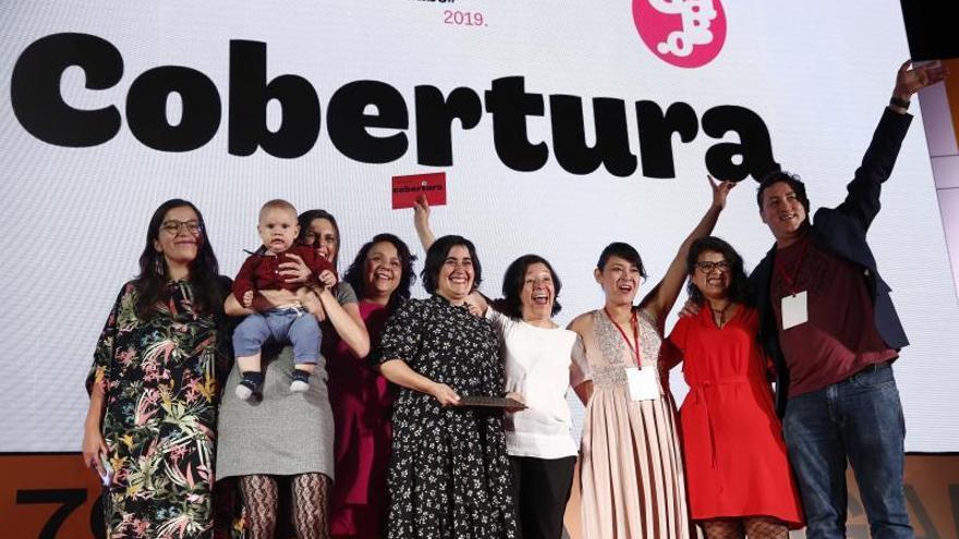 El equipo de A dónde van los desaparecidos, Quinto Elemento Lab (México y Estados Unidos), celebran el premio Gabo en la categoría cobertura, en la séptima edición del Festival Gabo, a lo mejor del periodismo Iberoamericano este jueves, en Medellín (Colombia).