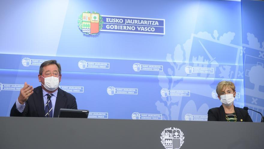 Archivo - El portavoz del Gobierno Vasco, Bingen Zupiria, en una rueda de prensa celebrada tras la reunión del Consejo de Gobierno junto a la consejera Arantxa Tapia,