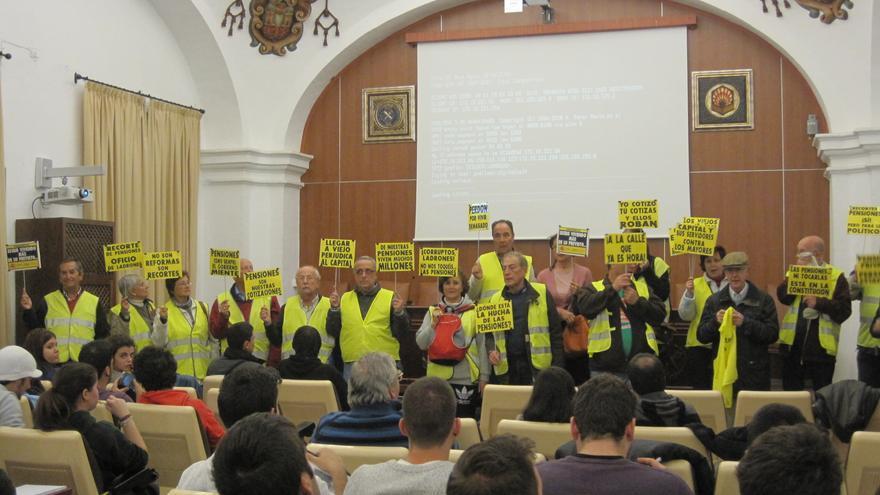 El colectivo de Yayoflautas expone sus acciones ante alumnos de Antropología Social en la Universidad de Córdoba.
