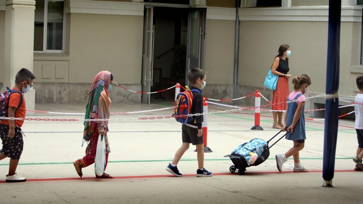 Los alumnos del colegio Balmes de València acceden a clase en el primer día de colegio.