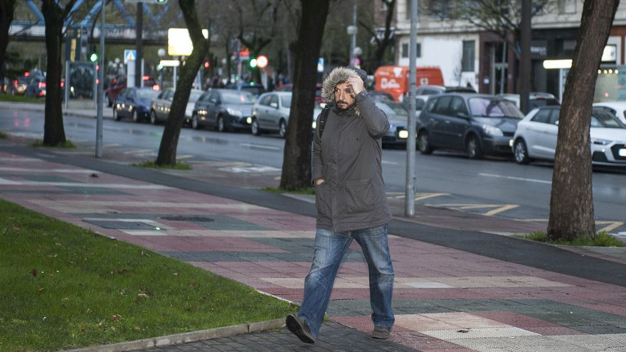 Iñaki San Juan, tratando de ocultarse a los medios de comunicación este viernes en Vitoria