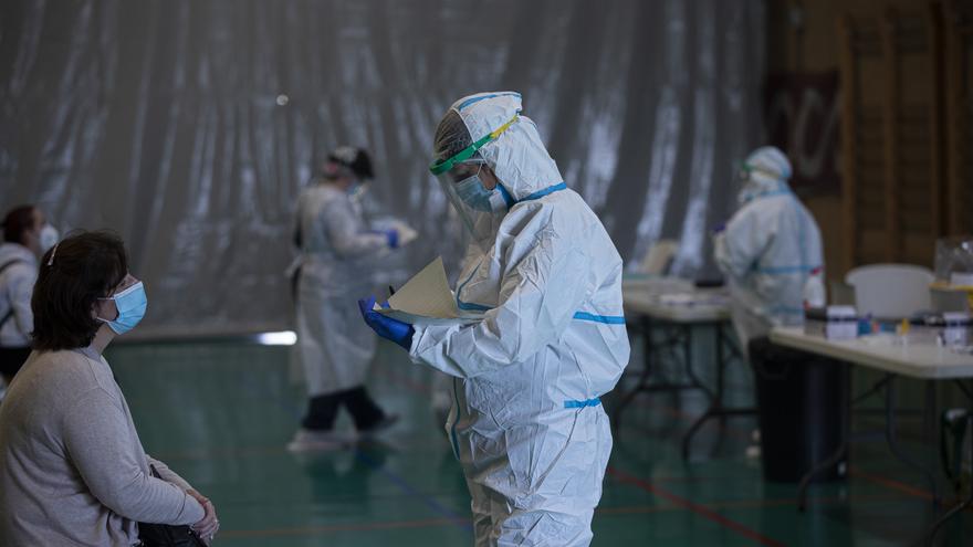 Sanitarios trabajando durante las pruebas de cribado de covid-19 con test de antígenos en pabellones deportivos de la ciudad. En el Pabellón Deportivo Pino Montano. En Sevilla (Andalucía, España), a 28 de octubre de 2020.