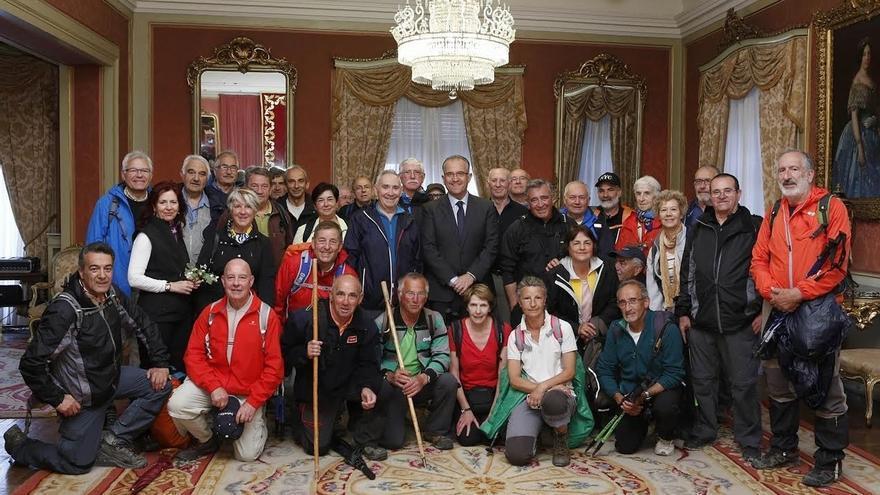 El alcalde de Pamplona recibe a la asociación de caminantes El Roble