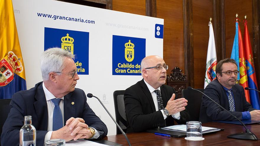 El presidente de la Cámara de Comercio de Gran Canaria, José Sánchez Tinoco, el presidente del Cabildo insular, Antonio Morales y el consejero de área de Desarrollo Económico, Raúl García Brink.
