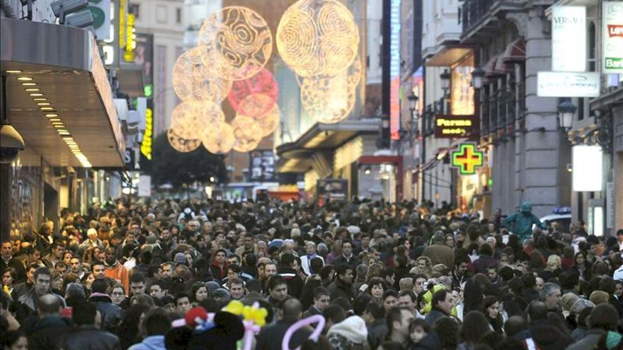 Medio millón de personas abandona España, que pierde población por segundo año