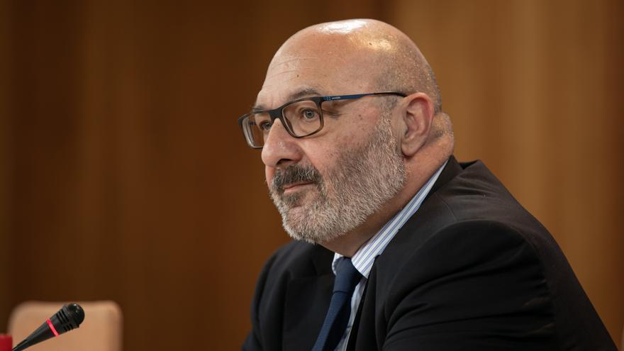 El portavoz parlamentario de Vox, Alejandro Hernández, en una rueda de prensa.