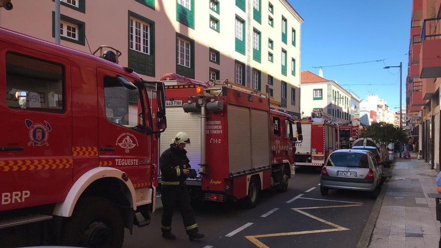 Castadas al tráfico varias calles del casco de La Laguna por un incendio en un garaje