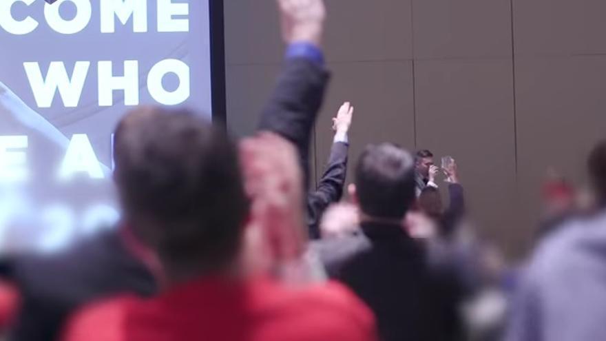 Captura de pantalla de los saludos hitlerianos durante la reunión del alt-right de una grabación difundida por The Atlantic