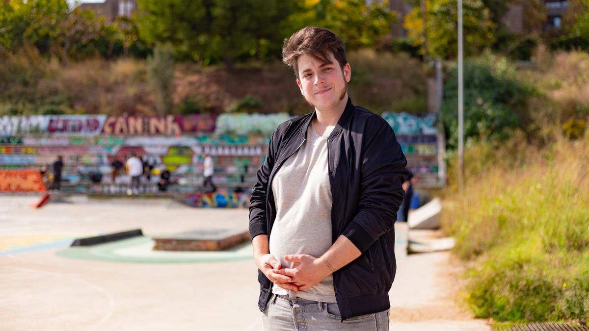 Pol Galofre, embarazado de ocho meses, en un parque en Badalona