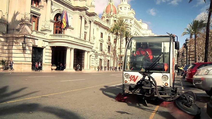 Un camión barre delante del Ayuntamiento de Valencia