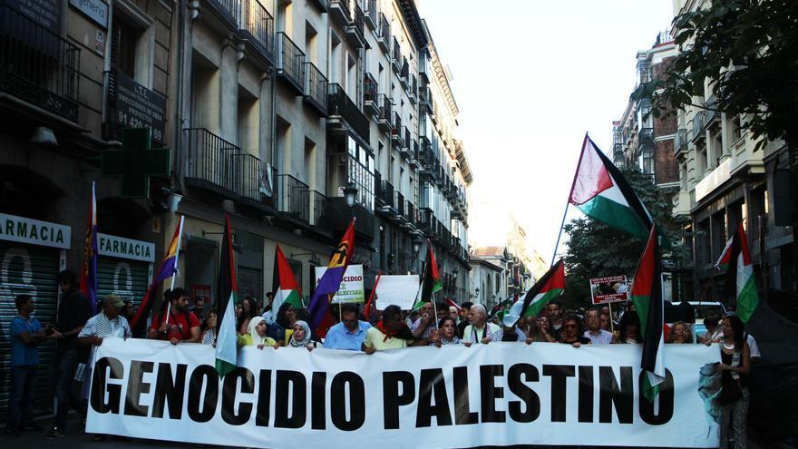Pancarta central de la protesta contra el genocidio palestino esta tarde en Madrid
