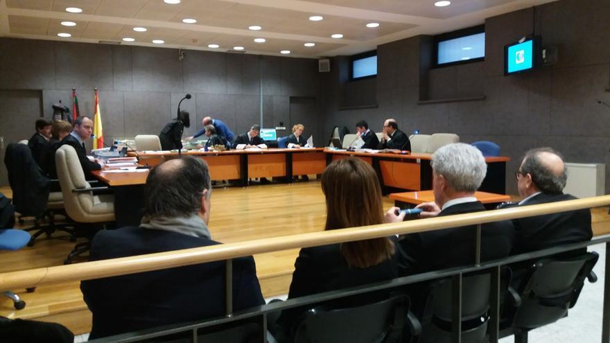 Margüello, Fernández, Elorriaga y Cerdán, de espaldas, en el banquillo de los acusados