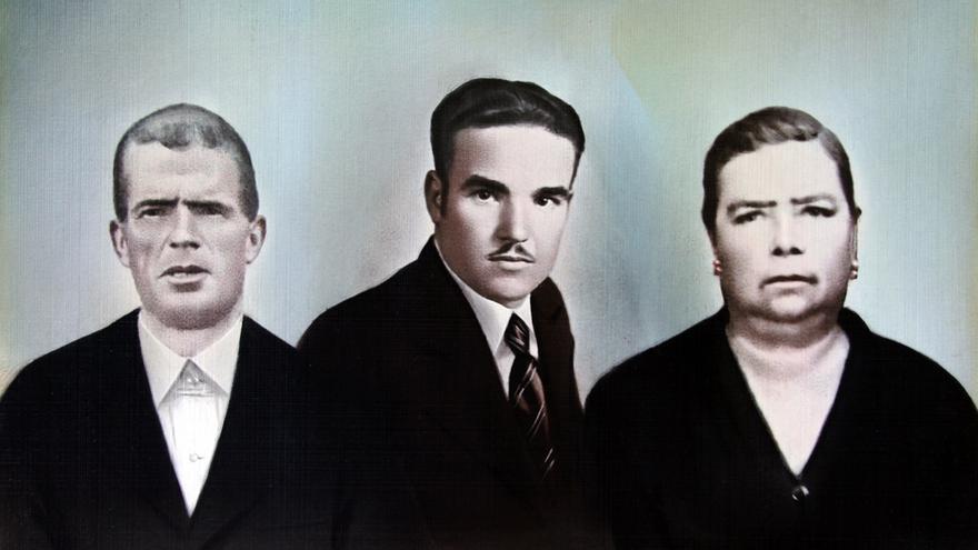 Blasa Jiménez Chaparro con su marido, Andrés Orejón (izquierda) y su hijo mayor, Severiano (centro). | FAMILIA OREJÓN