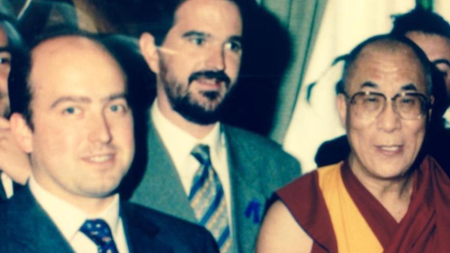 Carlos Iturgaiz, con Carmelo Barrio, en la única visita del Dalai Lama al Parlamento Vasco en 1997