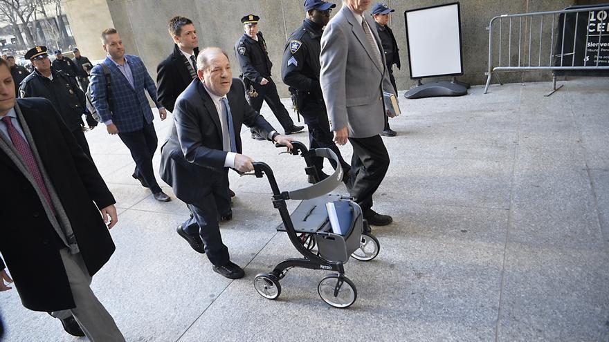 Harvey Weinstein llega al tribunal de Nueva York donde ha sido finalmente condenado por violación.