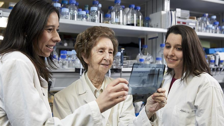 Salas, en el laboratorio con dos alumnas en 2019