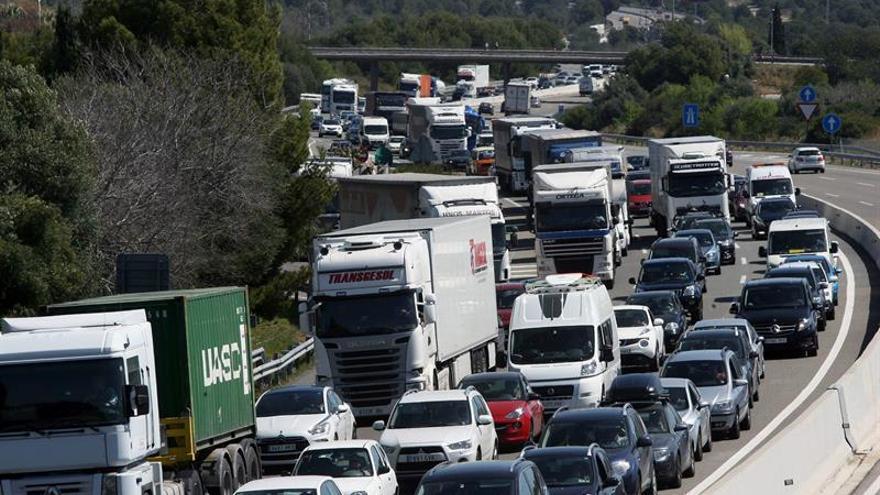 Un incendio en Francia provoca el cierre de la AP-7 y la N-II en la frontera