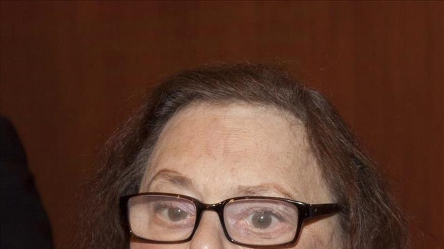 Barbara Probst Solomon recibe la orden Isabel la Católica rodeada de amigos