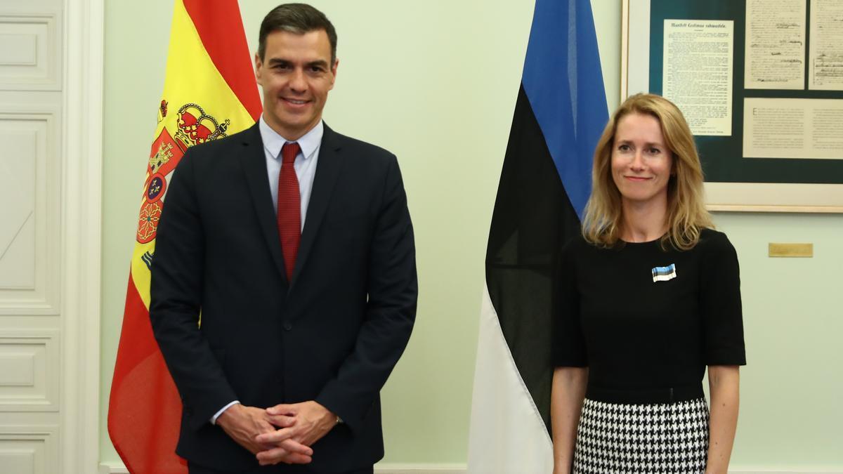 Pedro Sánchez junto a la primera ministra de Estonia, Kaja Kallas, tras una reunión en Tallin.