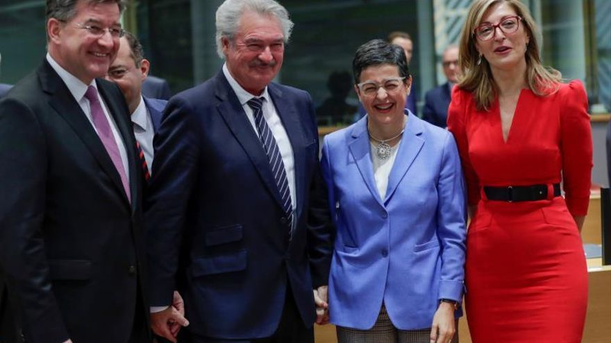 Los ministros de la UE abordan cómo apoyar alto el fuego y el embargo armas en Libia