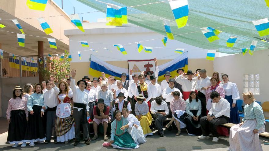 En la imagen, usuarios del Centro Triana vestidos con trajes típicos.