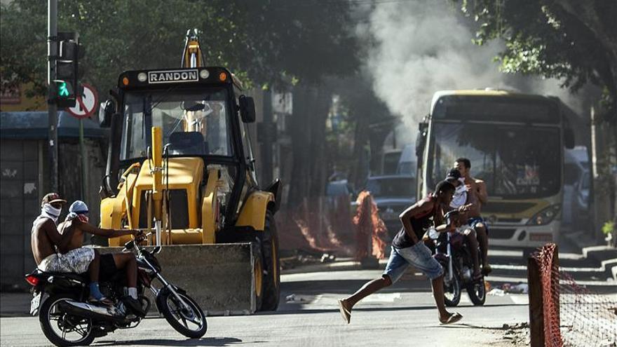 Incendian dos autobuses en Río de Janeiro en protesta por dos muertos en la favela