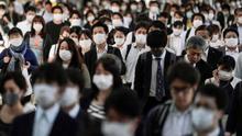 Decenas de personas se dirigen a su puesto de trabajo en Tokio.