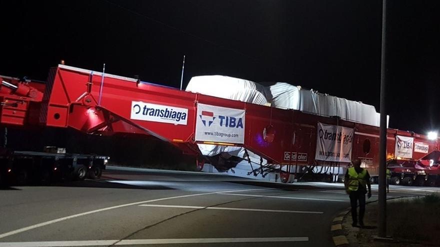 Un megaconvoy que viaja del Cener (Sangüesa) al puerto de Pasajes completa esta noche su primera etapa