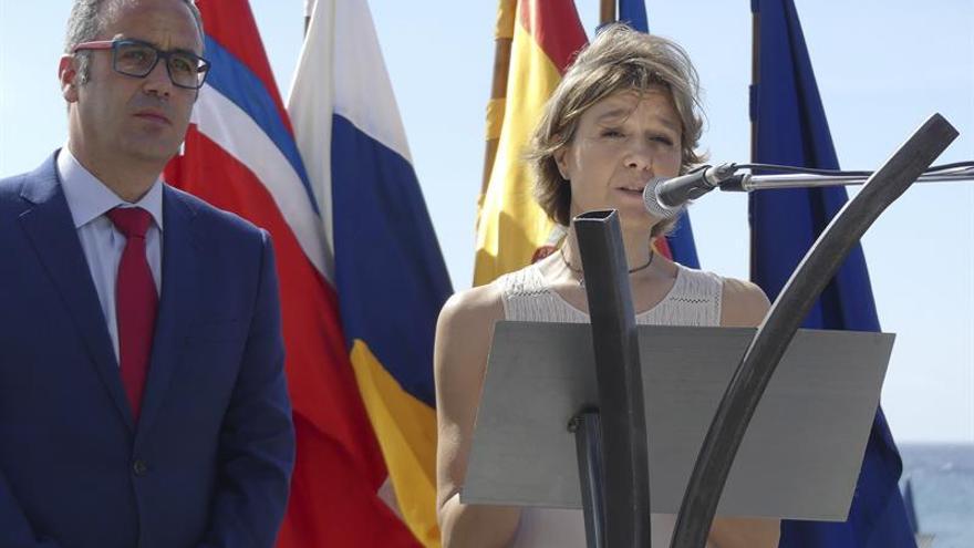 La ministra de Agricultura, Pesca y Medio Ambiente, Isabel García Tejerina, junto al alcalde de Santa Cruz de La Palma, Sergio Matos