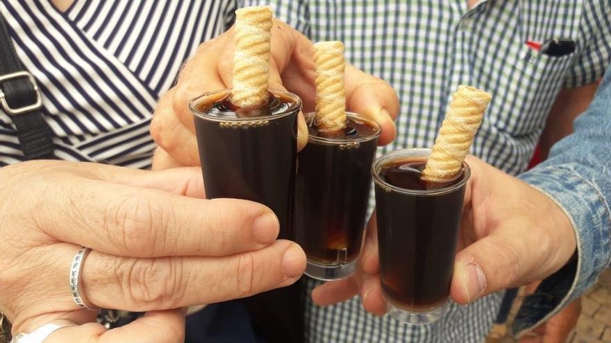 Albaceteños con su vaso de vino dulce. FOTO: Lourdes Cifuentes