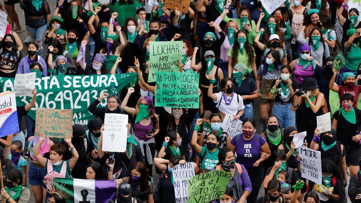 Cientos de mujeres marchan a favor del aborto legal y seguro en Guadalajara (México)