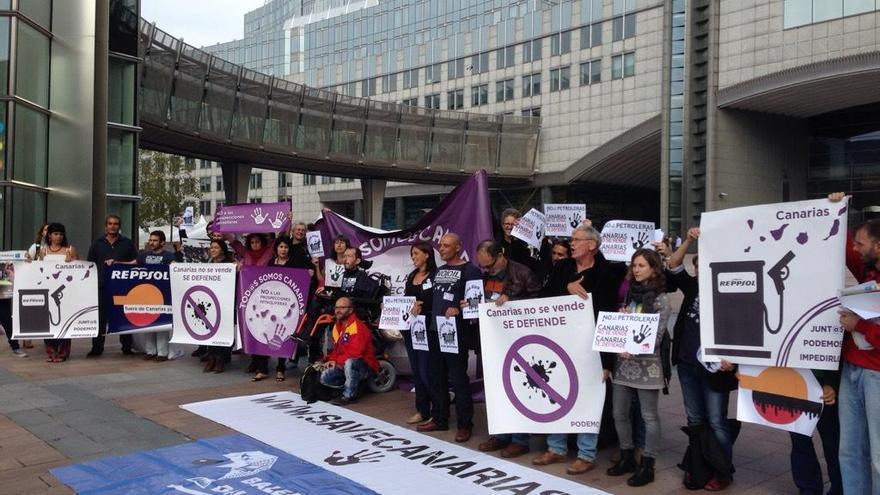 Concentración frente al Parlamento europeo en contra de las prospecciones en Canarias. (@MarinaAlbiol)