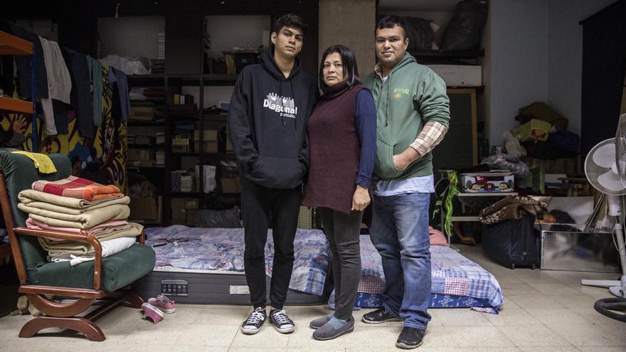 Familia salvadoreña que ha huido de la violencia de las maras