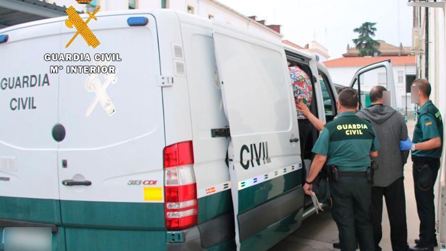 Imagen de archivo de un furgón de la Guardia Civil con detenidos.